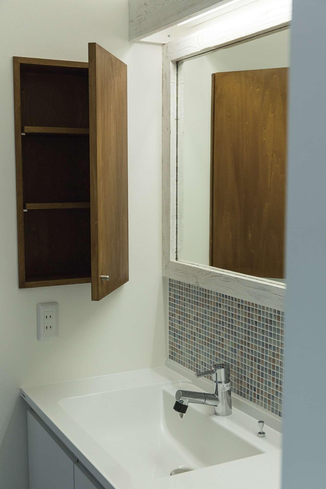 タイルを貼ってレトロなイメージで仕上げた洗面化粧台 -  -  -