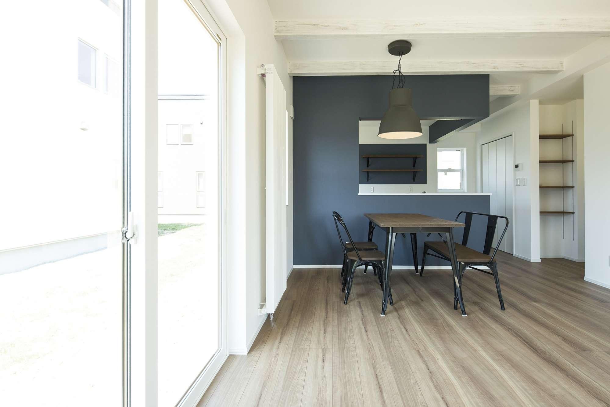 白い壁にナチュラルなフロア、シックなキッチンでスタイリッシュな空間 -  -  -