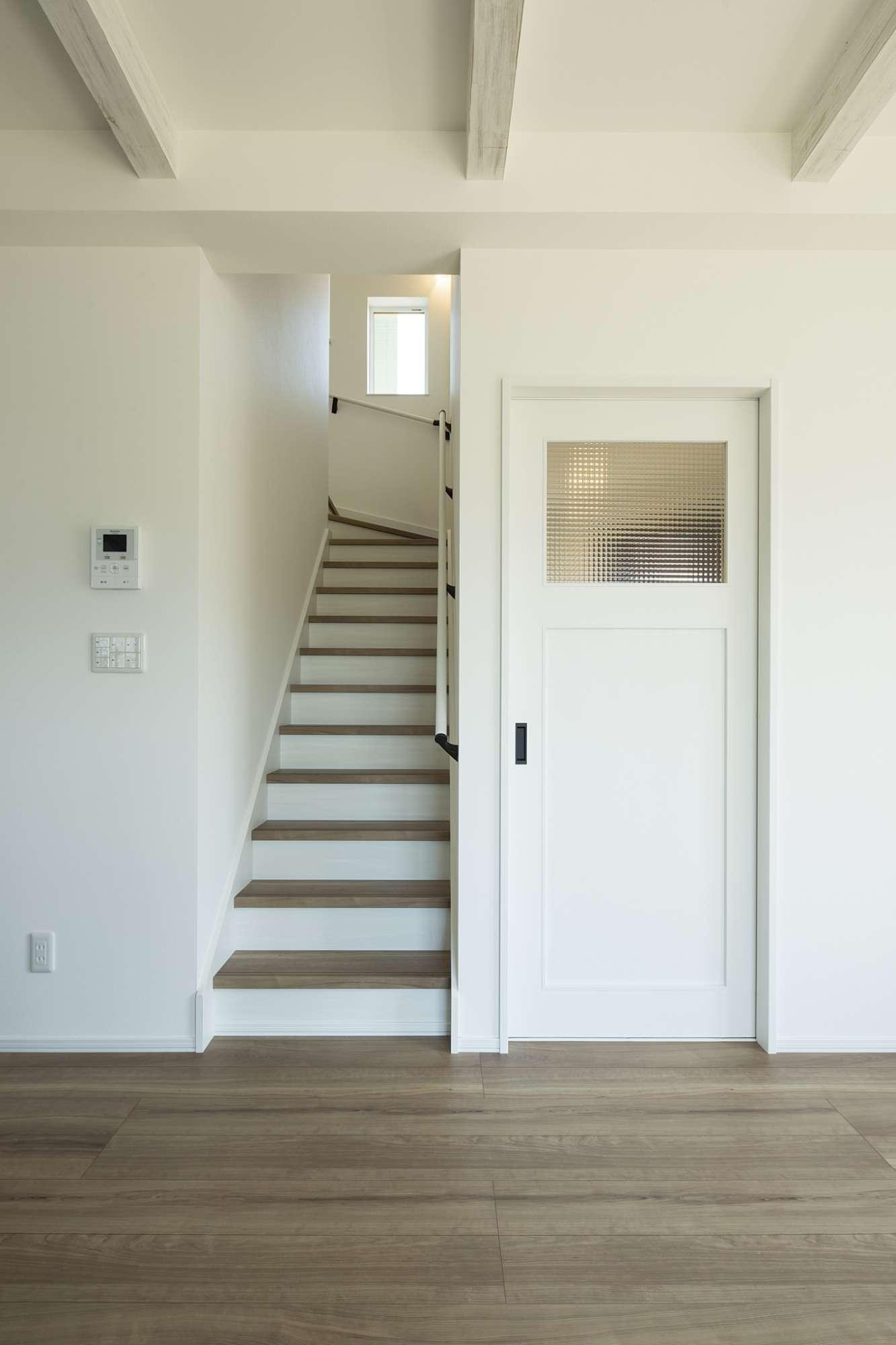 波ガラスを使ったドアや梁の雰囲気がビンテージなイメージに -  -  -