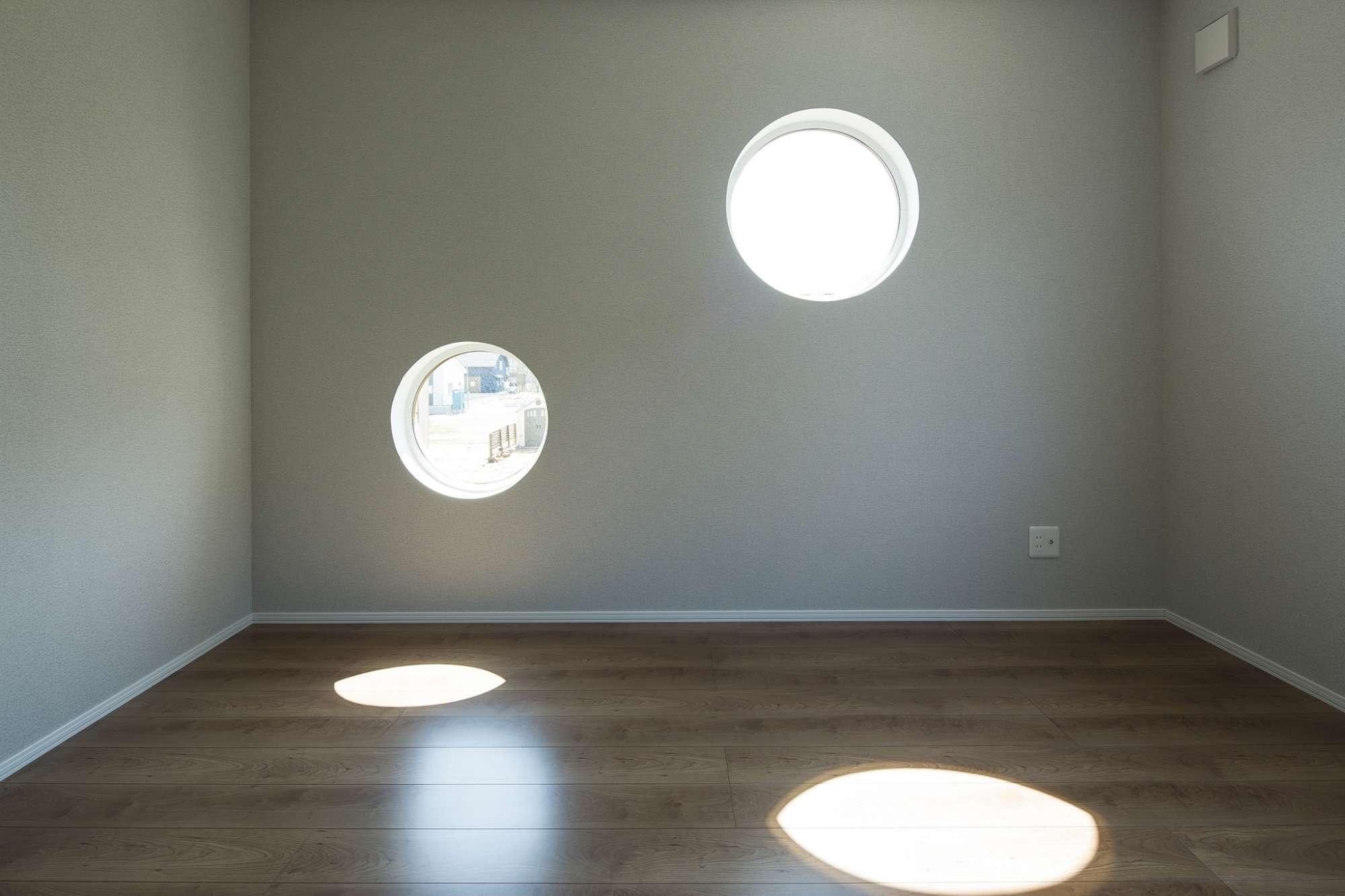 寝室は円形の窓がポイントで、ワイドなウォークインクロゼットも設置 -  -  -