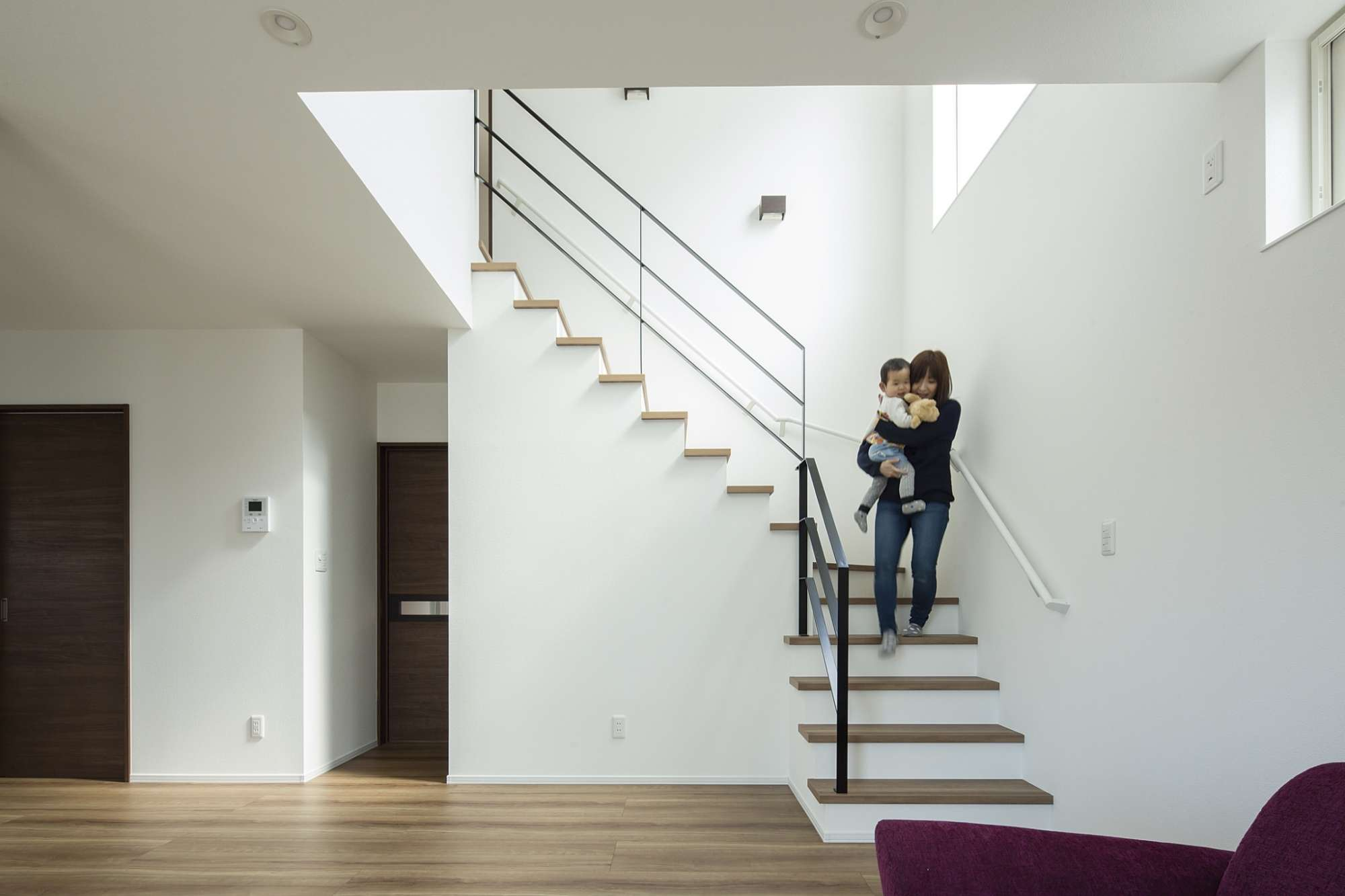 広い土間玄関、白い「アート」な家でスタイリッシュに暮らす -
