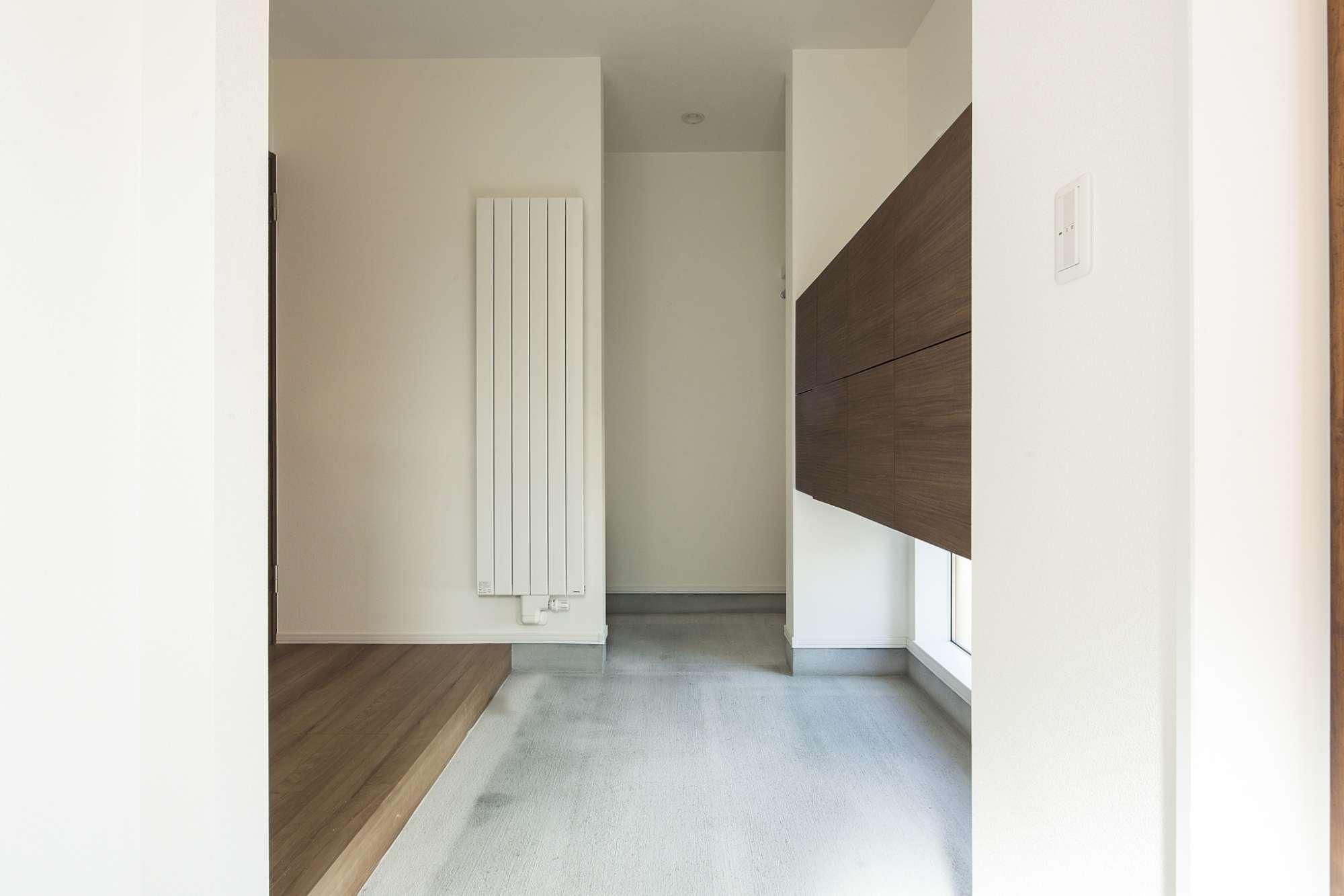 土間玄関の奥は巧みにつくった収納スペース -  -  -