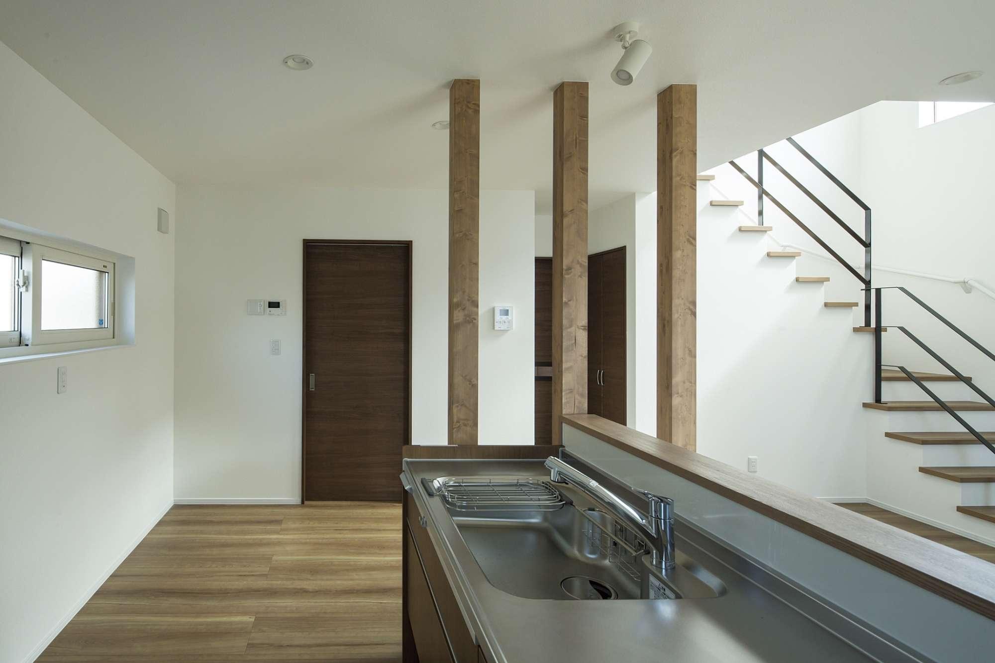 キッチンの横は3本の木材の柱がアクセント -  -  -
