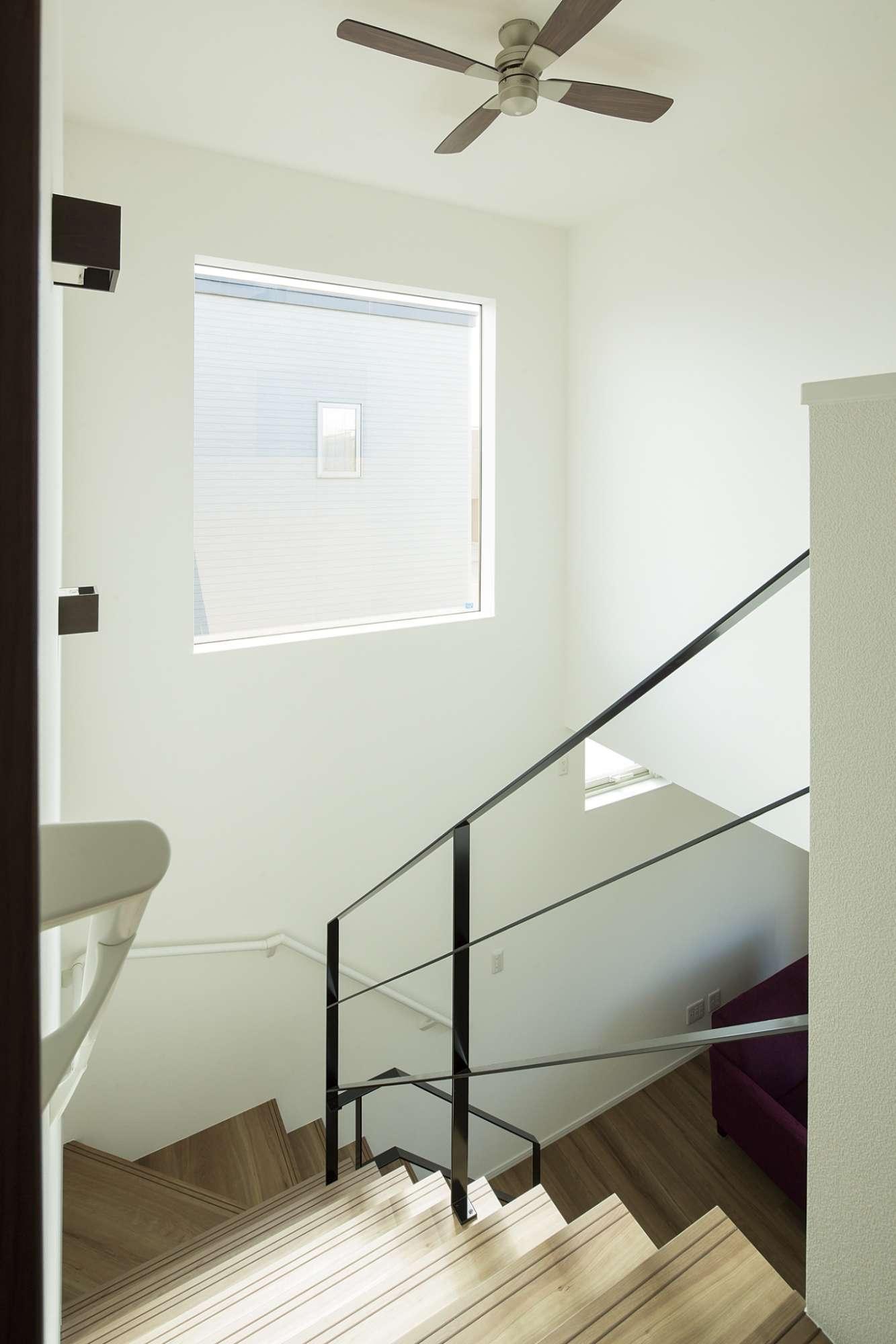 階段上部は吹き抜けで開放感があり、シーリングファンも設置 -  -  -