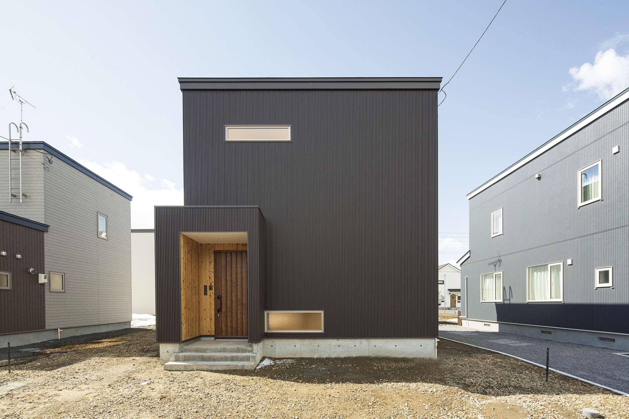 外壁はガルバリウム、シャープでスマートなデザイン -  -  -