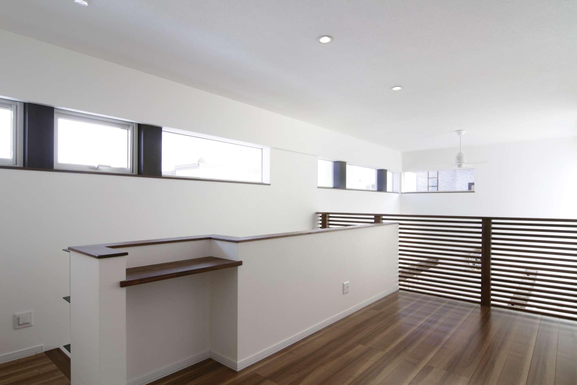 2階のフリースペースはカウンターをうあまく生かして、自由に使える場所 -  -  -