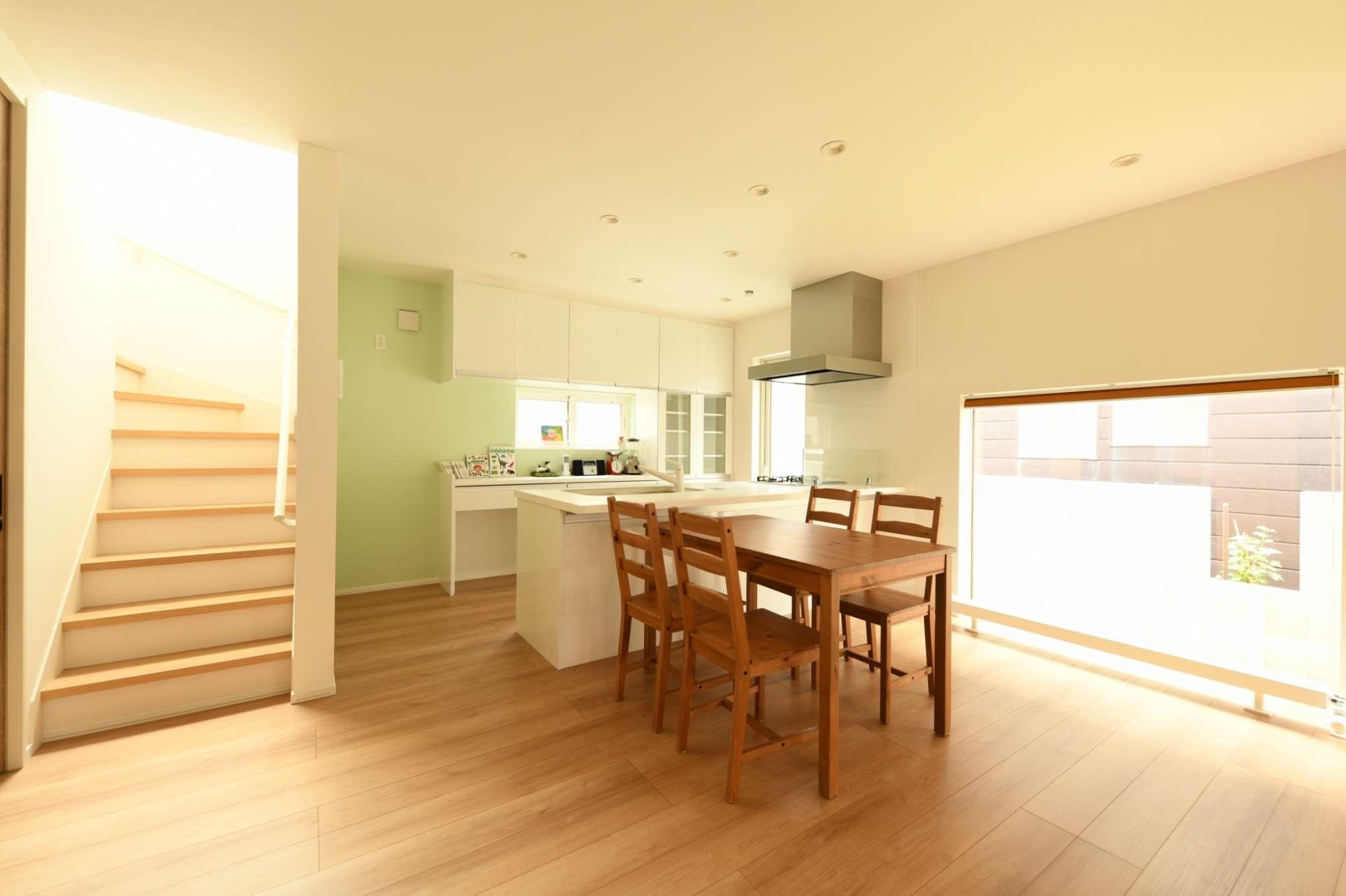 背面の優しいグリーンが生えるキッチン -  -  -