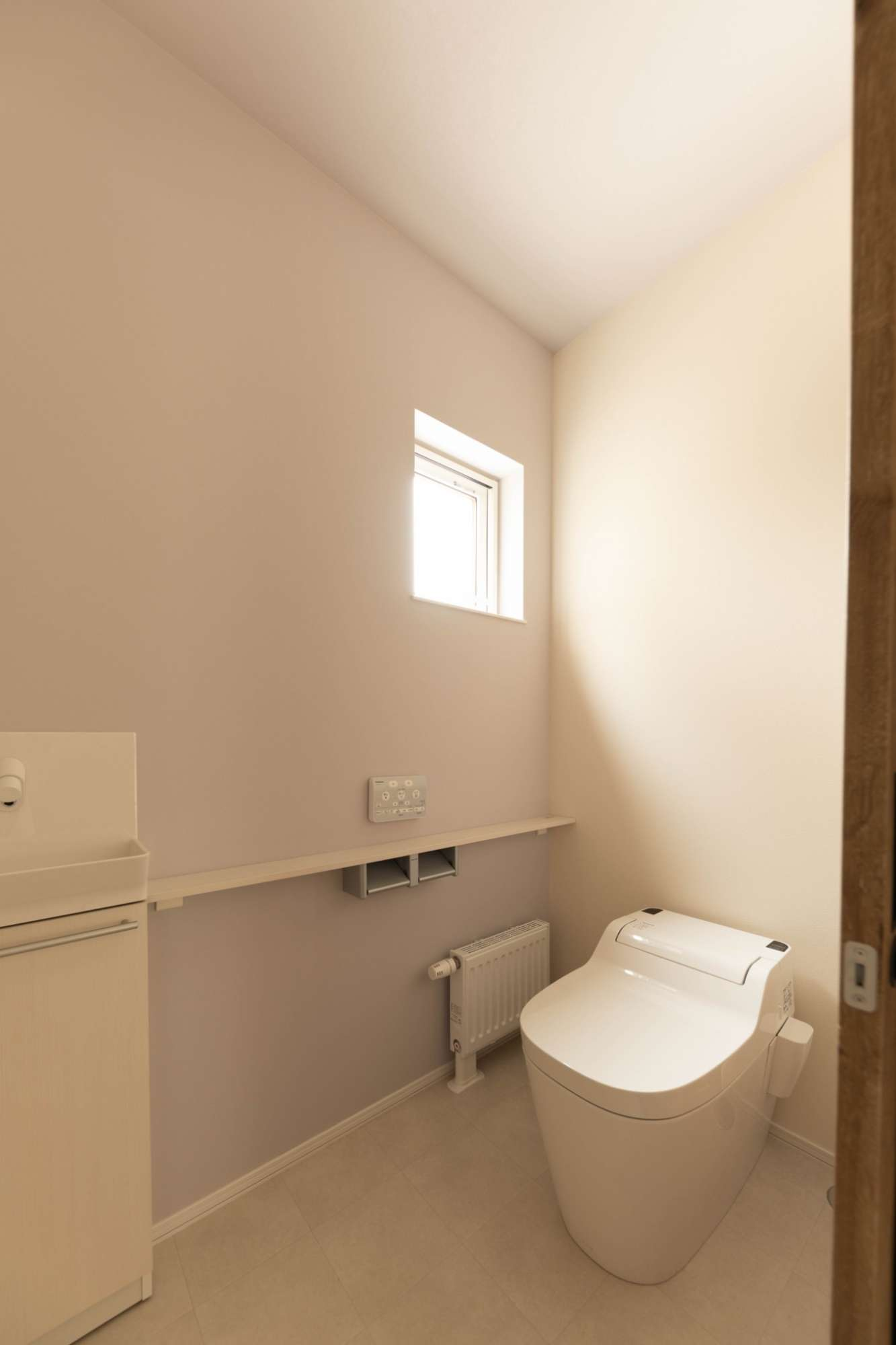 窓付き、カウンターも便利なトイレ -  -  -