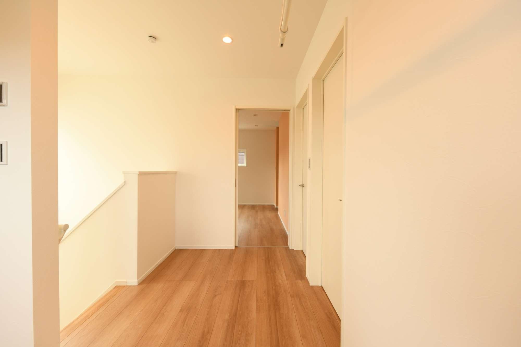 2階ホールの開放的で、部屋同士の行き来も楽にできる -  -  -
