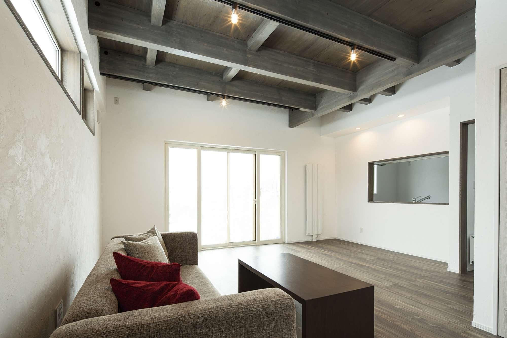 ダイナミックな梁と高い天井で開放感を感じるリビング -  -  -