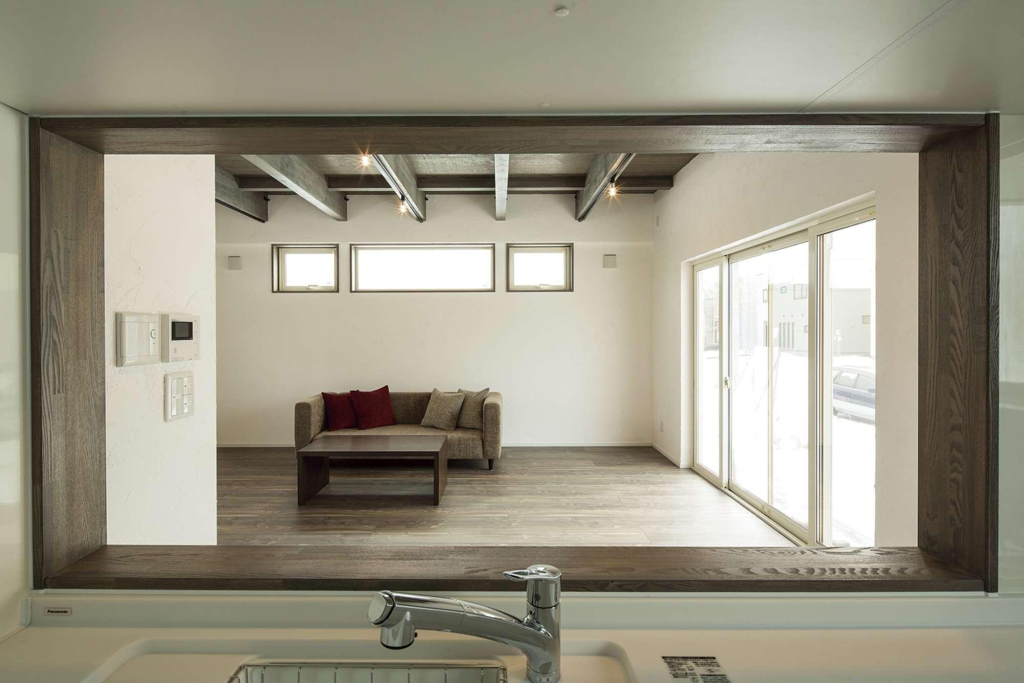 家族の様子が見渡せるキッチンの窓は、木枠が温もりを演出 -  -  -