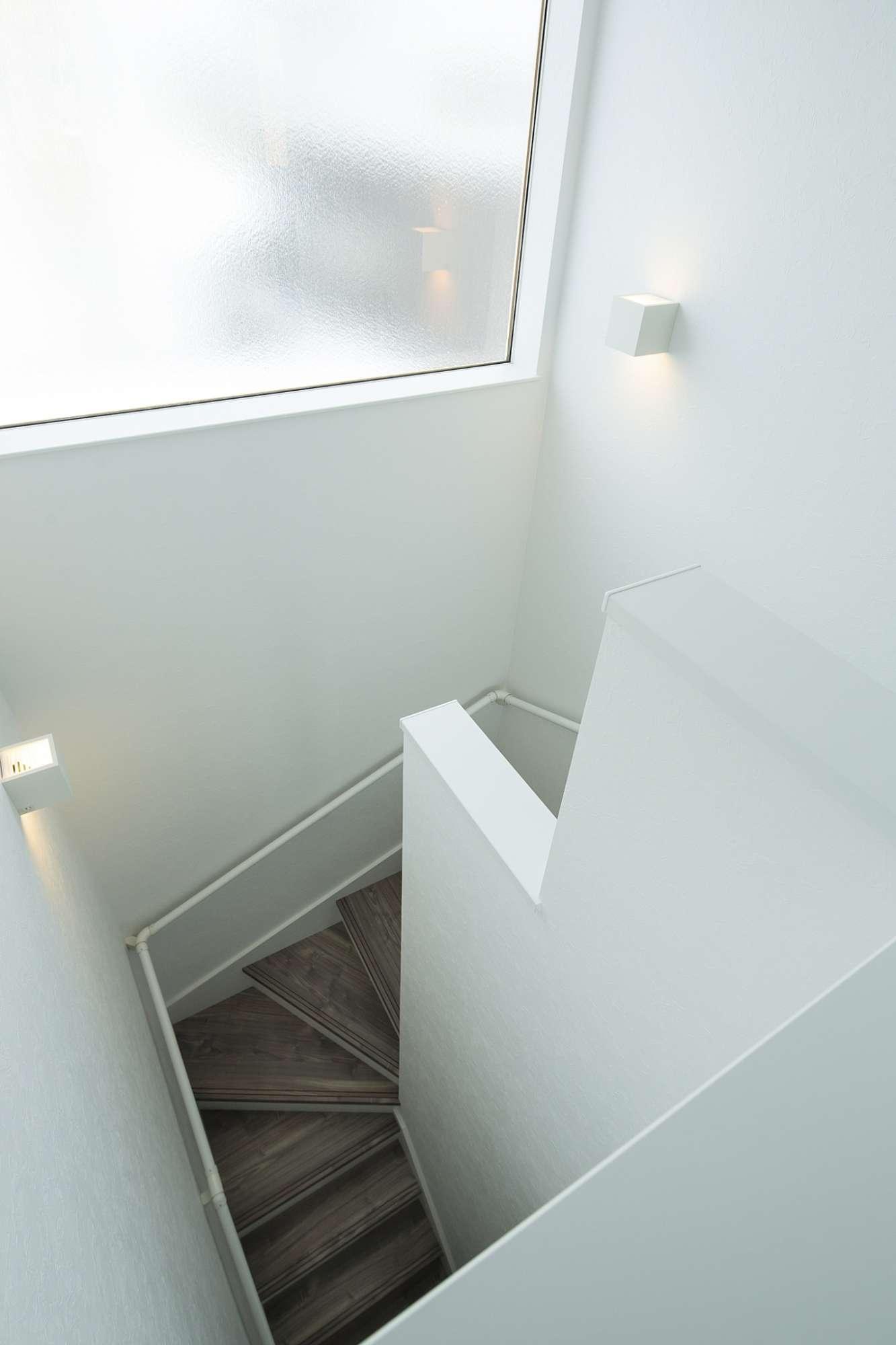 階段の吹き抜けから注ぐ陽光がやわらかな室内 -  -  -
