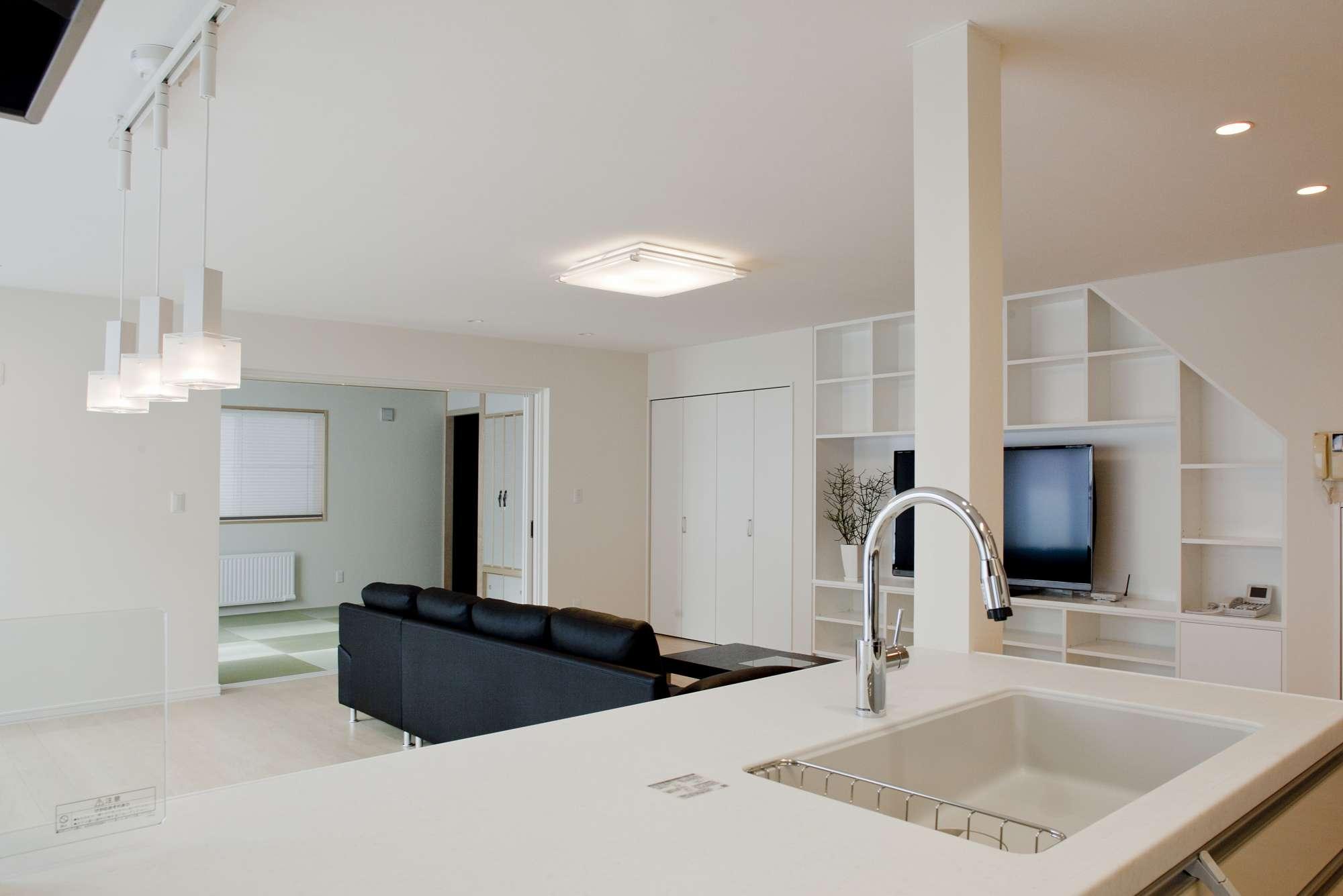 キッチンから開放的なフロアを見渡せて、気分よく家事ができる空間 -  -  -