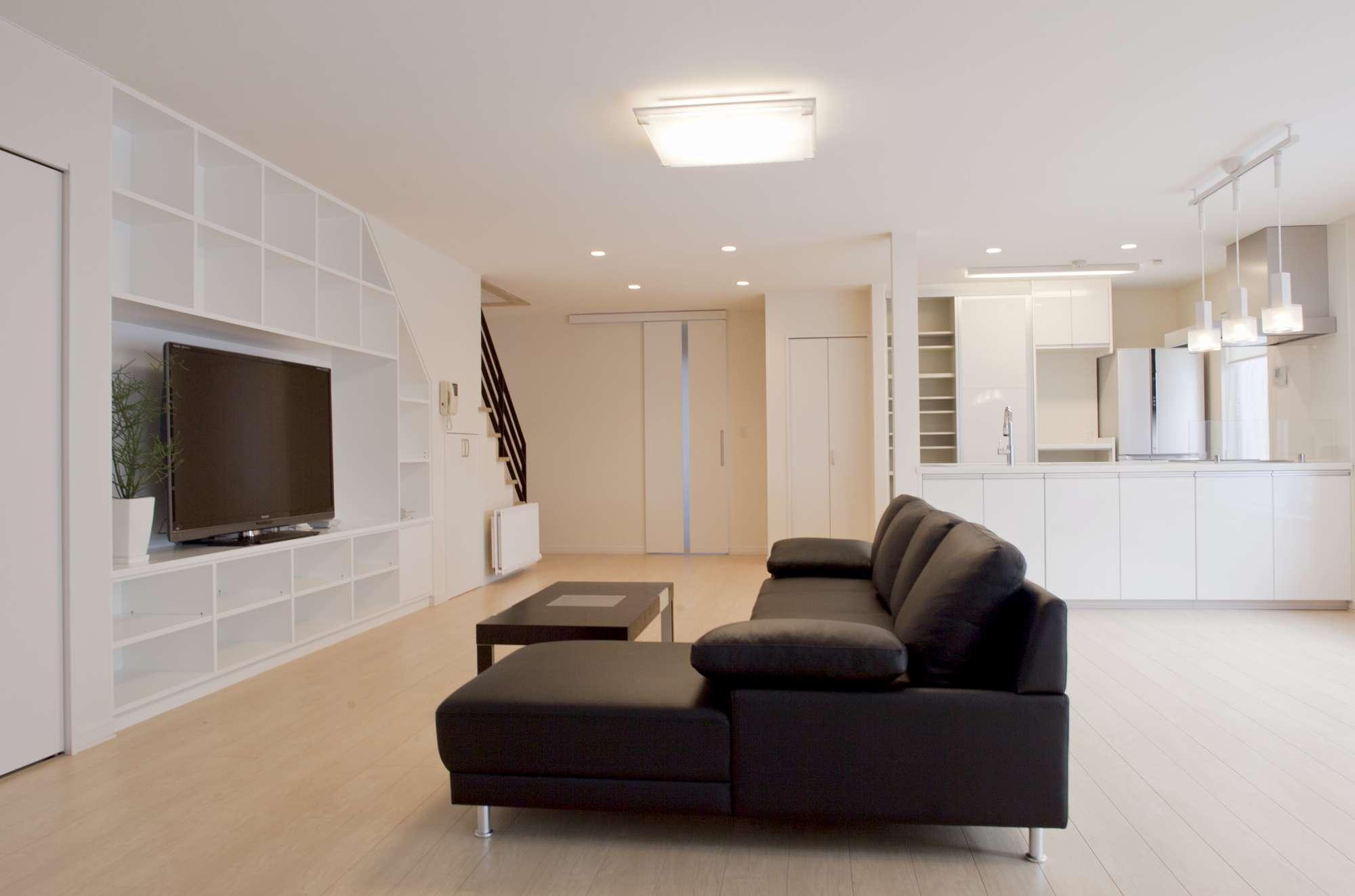 パントリーやキッチン前の収納も充実。白をベースにしたスタイリッシュな空間 -  -  -