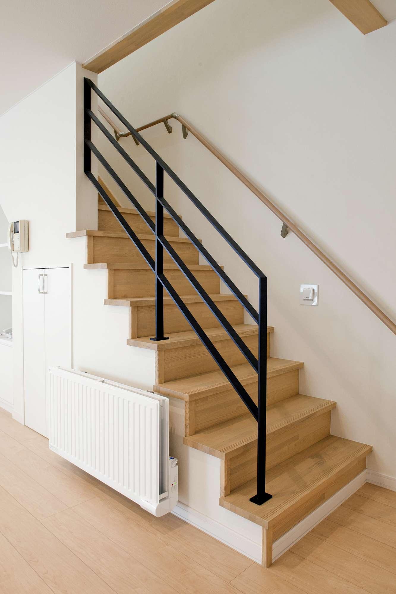 リビングに向けてセミオープンにした階段 -  -  -