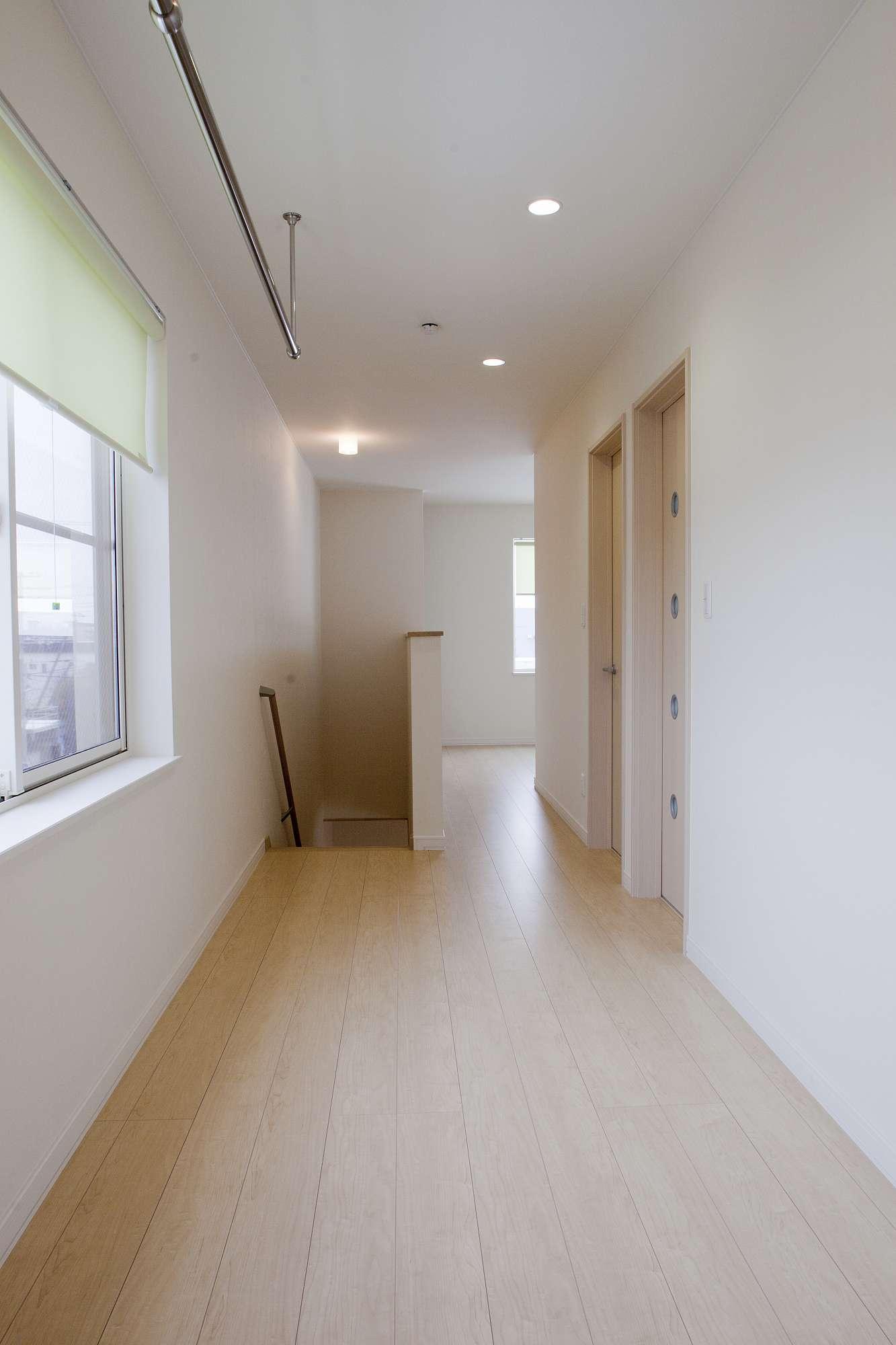 2階のホールは動線も広々、奥には家族が自由に使えるフリースペースを提案 -  -  -