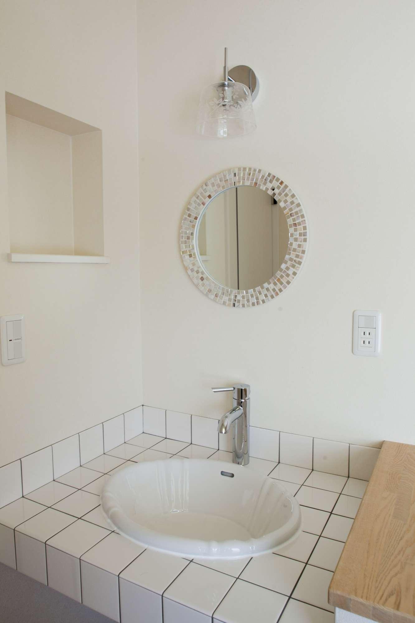 手洗い用の小さな洗面台こそ、タイルや鏡で個性の演出を楽しめます -  -  -