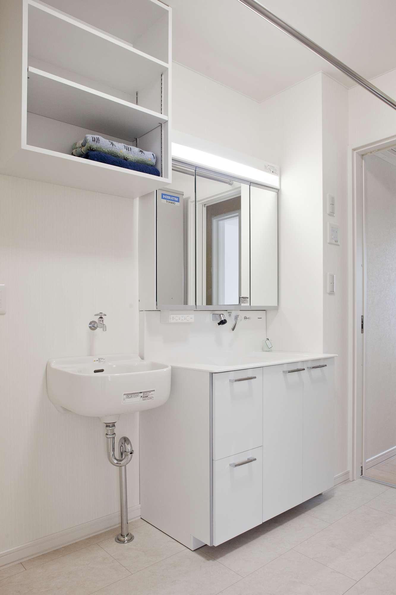 ユーティリティー。洗濯時の手洗い用の水場も設け、より快適なスペースに -  -  -