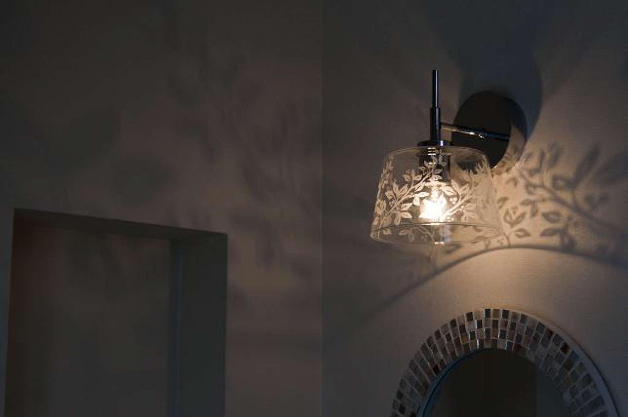 草花のシルエットが浮かぶガラスランプがアンティークな可愛さを演出 -  -  -