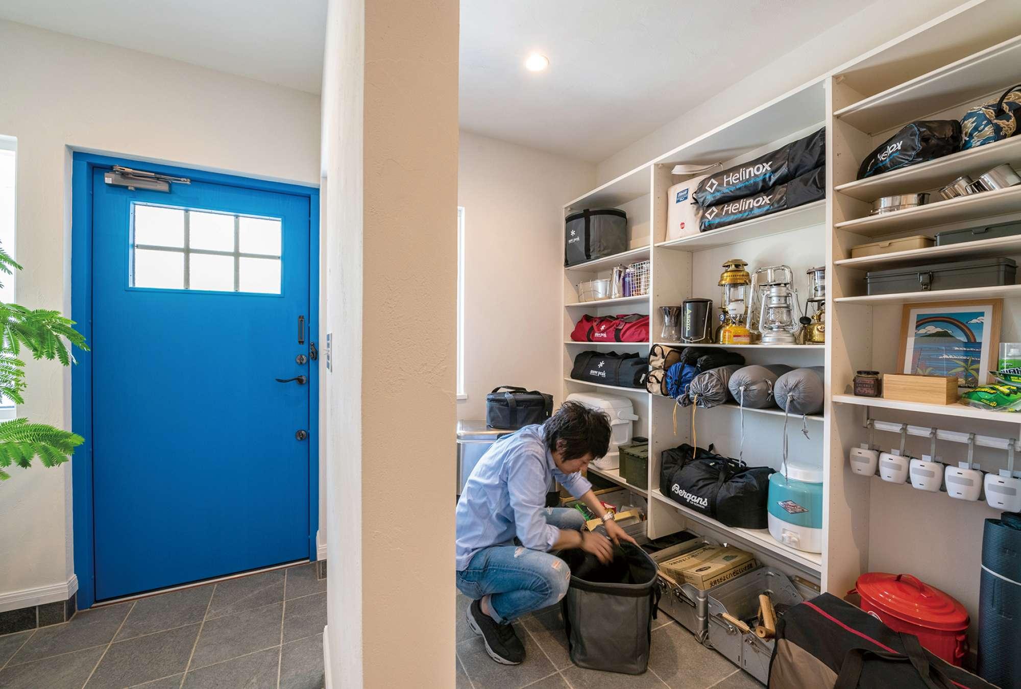 - 玄関にはキャンプ道具もたくさん収納できる土間スペースが。 -  -