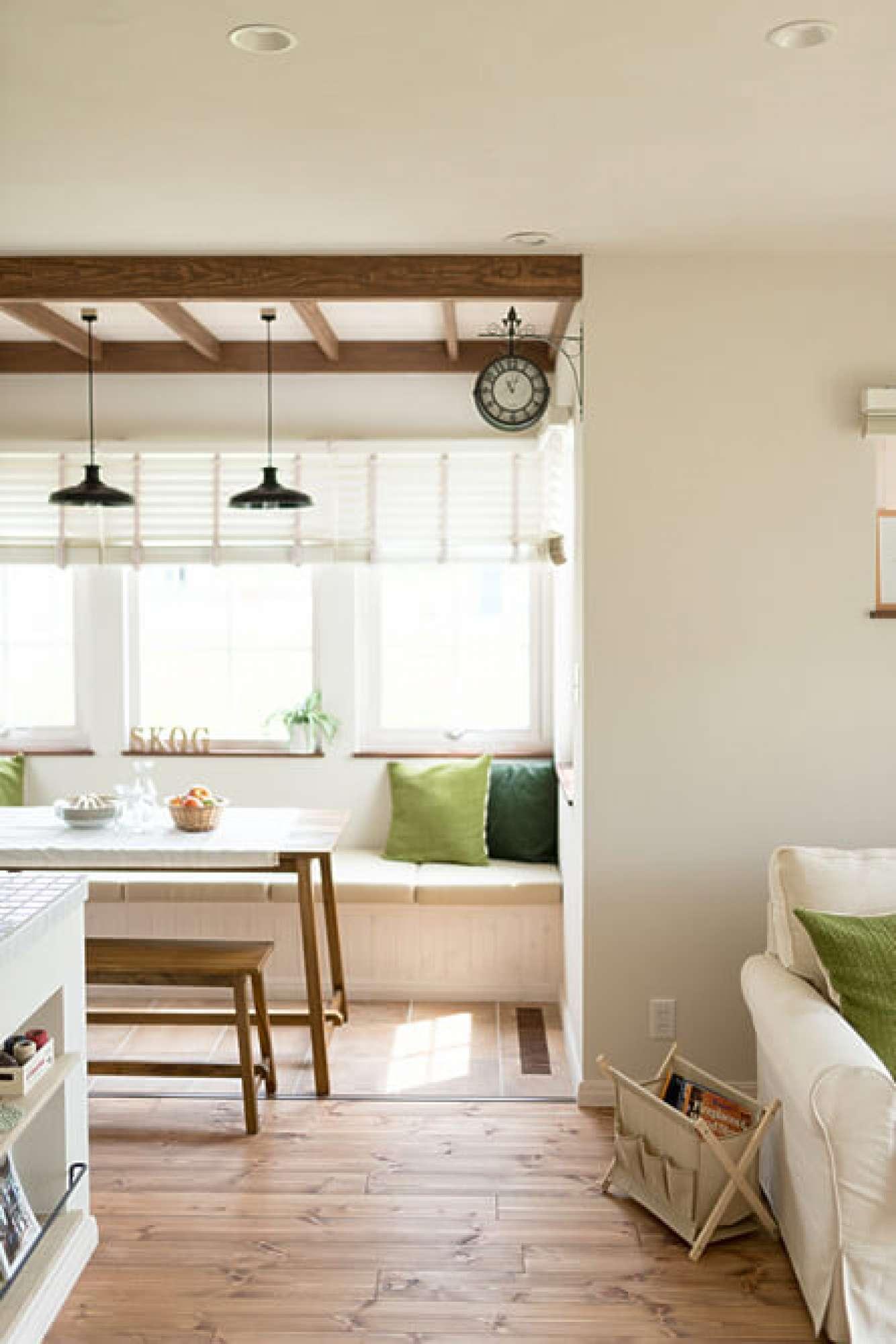 - 窓辺にあるベンチスタイルのダイニング。カフェの特別な個室に案内されたかのように、料理を楽しめる場所。 -  -